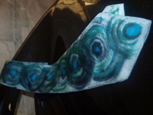 Kravata herce Ivana Trojana spodpisem na kravatě, kterou při loňském Kabelkovém veletrhu ji vydražil starosta Budišova nad Budišovkou Patrik Schramm a letos ji do aukce znovu věnoval.
