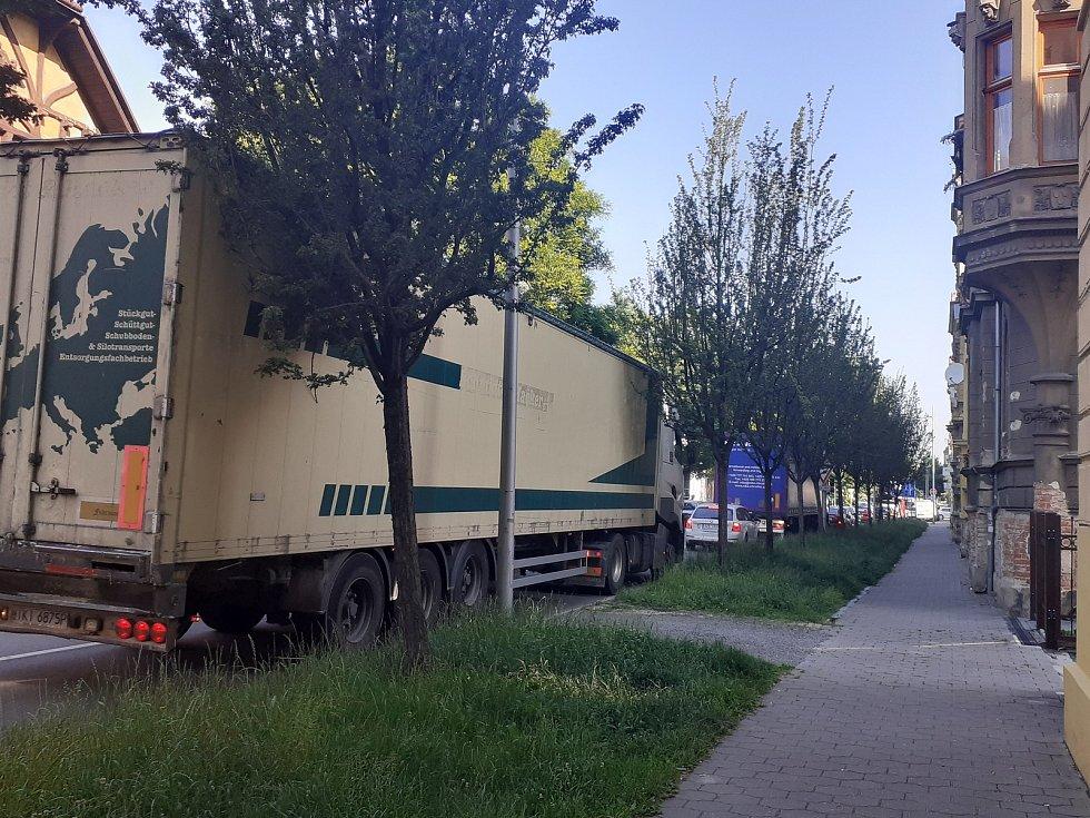 Křižovatka ulic Husovy a Olomoucké, kolony v Husově ulici. Opava, 18. června 2021.