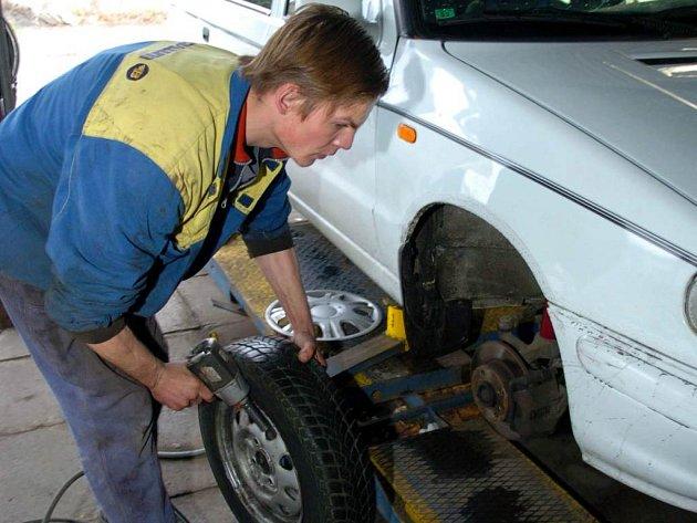 Do pneuservisů míří v těchto dnech stále větší počet motoristů.