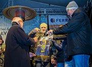 Karel Kostera měl tu čest, aby pokřtil nový fotbalový kalendář SFC Opava. Právě křest se stal součástí Česko zpívá koledy, stejně tak jako následná autogramiáda.