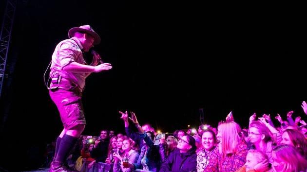Festival Hrady CZ, který v Hradci nad Moravicí proběhl tento pátek a sobotu sice trošku zkazilo počasí, ale i přesto návštěvnost byla rekordní. Na fotografii skupina Monkey Business.
