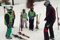Přestože řidiči nadšení ze sněhu nejsou, bílá pokrývka udělala radost mladší generaci. Opavské děti vyrazily na svah v Tošovicích u Oder.