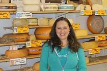Eva Zarabská sýry nejen prodává, ale také sama vyrábí.