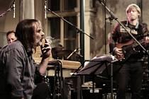 Zpěvák Michael Kubesa a baskytarista Jiří Pater.