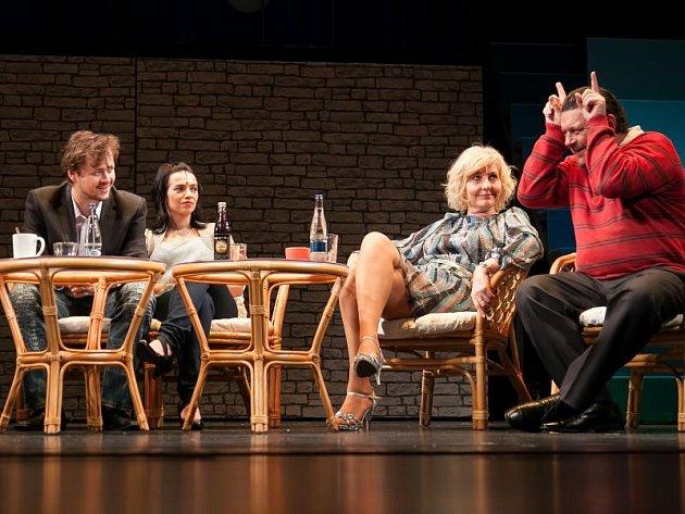 Účastníci předsvatební sešlosti (zprava) Roman Slovák (Fotr), Ivana Lebedová (matka Alice), Sabina Muchová (Alice) a Daniel Volný (Filip).