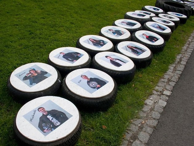 Studenti ze 4.C nasbírali v přírodě vyhozené pneumatiky a každá z nich nese pod heslem Ještě máme rezervu fotografii svého nálezce.