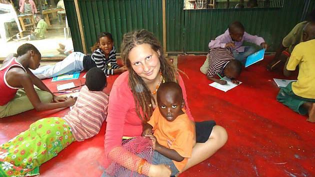 Eva Krutílková s jedním z afrických dětí.