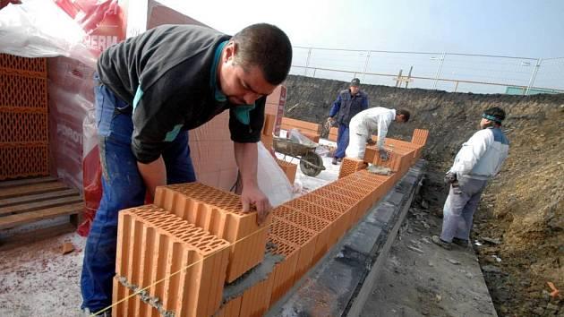Stavební firmy na Opavsku  prozatím  nezaznamenaly snížený zájem o stavební práce.