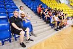 Ivan Trojan na tréninku opavských basketbalistů. Archivní snímek Deníku.