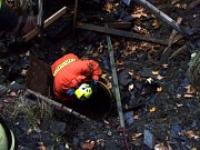 Záchrana staršího zraněného muže v břidlicové štole.