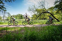 Teplé jarní počasí minulých dnů vyhnalo na kola řadu cyklistů také na Opavsku. Někteří využívají cyklostezky, jiní upřednostňují jízdu v terénu. Početná skupina se určitě zúčastní i největšího místního cyklistického Silesia Bike Maratonu.