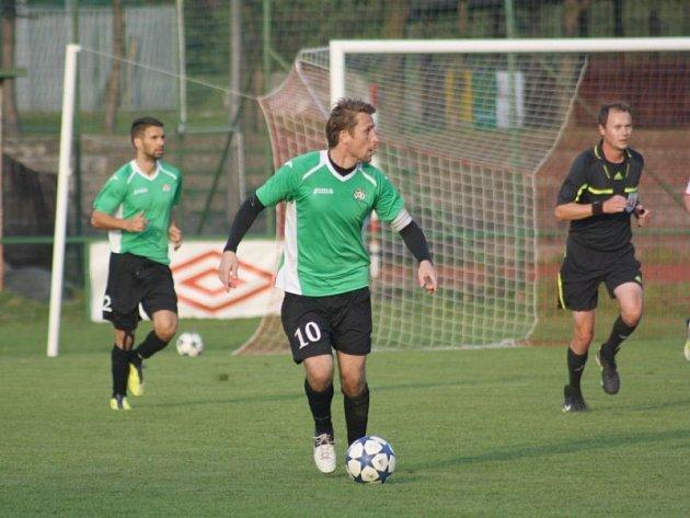 Martin Hanus (v zeleném drese, č. 10)