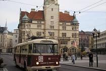 """Historický trolejbus Škoda 9 TR H projížděl opavskými ulicemi již před mnoha a mnoha lety. O víkendu si při příležitosti šedesáti let trolejbusové dopravy v Opavě budou moci zájemci vyzkoušet jízdu městem tímto """"dědečkem"""" zcela zdarma."""