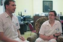 Pediatr Dalibor Hudec (vlevo) a chirurg Daniel Niessner pracují v opavské nemocnici od roku 2001. Poté, co spolu s ostatnímu 93 lékaři podepsali výpověď, je možné, že z nemocnice odejdou. Kdo je nahradí?