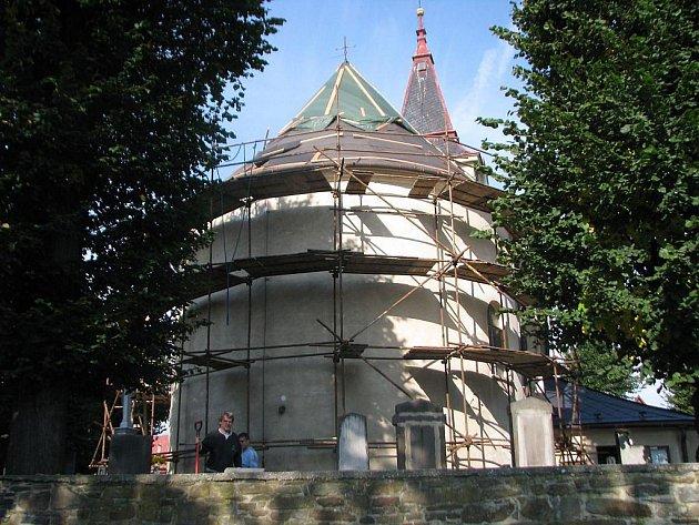 Kostel v Hlavnici se v současných dnech opravuje.