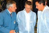 Předseda představenstva Model Obaly, a. s., Walo Hinterberger (vlevo) s obchodními partnery.