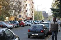 Opavě vládnou auta, nikoli lidé. Tak to vypadá v severozápadní části kateřinského sídliště.