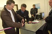 Místostarosta Hrabyně Michal Ország a zástupce vedoucího Územního odboru PČR Opava Petr Urbančík přestřihli pásku a nová služebna se stala realitou.