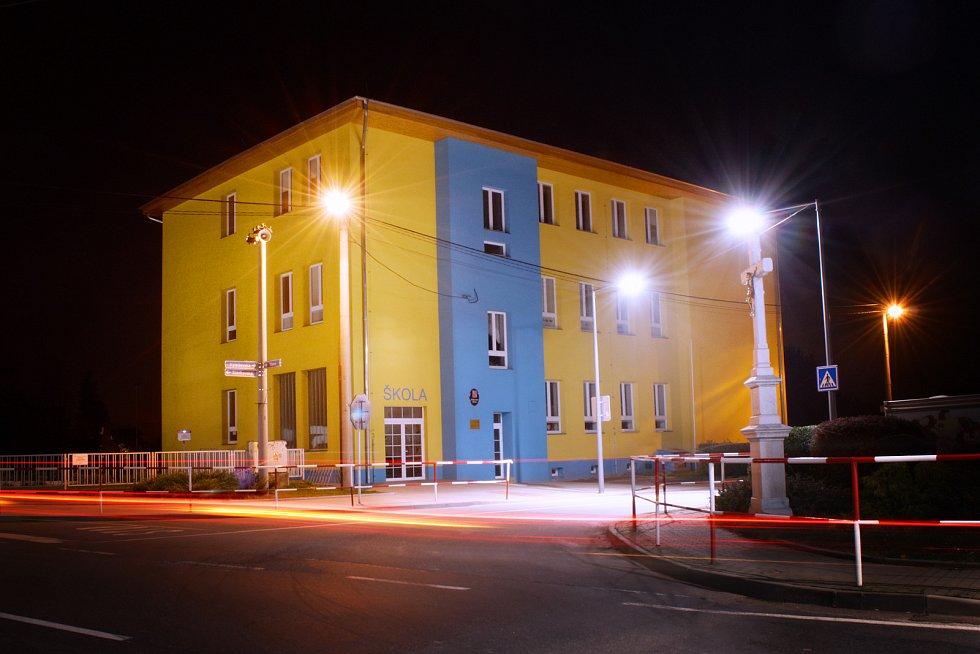 Škola v noci.