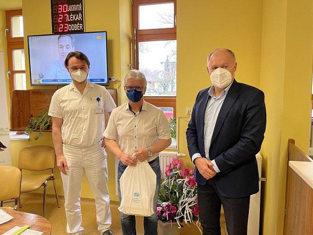 Zleva primář HTO Lukáš Stejskal, Herbert Pavera a ředitel nemocnice Karel Siebert.