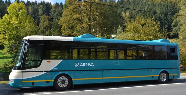 Částečně nízkopodlažní elektrobus při cestě na Praděd. .