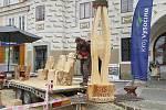 Řezbář Jiří Halouzka z Jiříkova na festivalu Pelhřimov – město rekordů vyřezal moderní plastiku, kterou nazval Srdce stromu. Také pět hodin pracoval na třech křeslech a stolku, vše zhotovené z jednoho velkého kmene smrku.