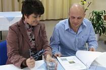 Podle ředitelky Školy řemesel Bruntál Evy Nedomlelové (vlevo) žáky výuka předmětu Ubytovací provoz zajímá také díky vhodné učebnici. Tu připravil a stále ji aktualizuje pedagog Michal Durec (vpravo).