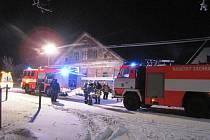 Příčinu požáru v rodinném domě v Razové hledali ještě v pondělí v poledne vyšetřovatelé hasičů i policistů.