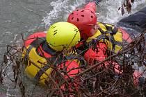 Krnovští hasiči při cvičení dokázali, že umí efektivně zasáhnout i v ledové a rozvodněné řece.