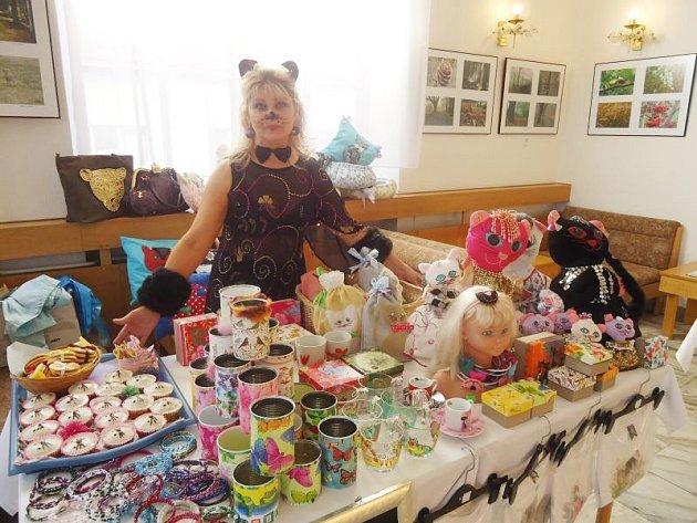 Kočičí hosteska Wera nabízela návštěvníkům bruntálského divadla výrobky na podporu útulku v duchu orientálním a kočičím.
