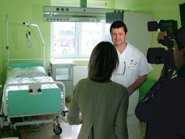 Primář Mojmír Svoboda představuje nové nadstandardní pokoje, které budou pacientům na ortopedii k dispozici za příplatek 400 korun denně.