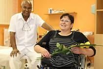 K prvnímu výročí podstoupení radikální operace věnoval bruntálský chirurg Yifru Assefa své pacientce Renatě kytici. To, že Renata vyhledala doktora Assefu a souhlasila s jeho návrhem operace, jí určitě zachránilo život.