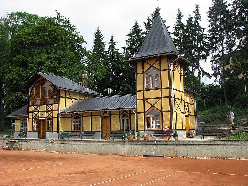 Budova u tenisových kurtů v Bruntále, jenž je zařazena v seznamu kulturních památek, prošla v uplynulých měsících nákladnou rekonstrukcí.