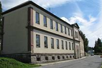 Budova základní školy v Ryžovišti dostane příští rok novou fasádu. Výměna oken a opravy interiérů by se měly uskutečnit v průběhu září a října.