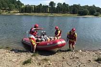 Vodní záchranáři vyjeli na přehradě Slezská Harta na pomoc krvácejícímu muži v bezvědomí. Teprve až na místě při ošetření zjistili, že jde jen o cvičení. Pacienta pak dopravili přes vodní hladinu k sanitce.