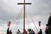 Kříž stojící vedle nové silnice na státní hranici mezi polskými Gadzowicemi a naším Rusínem v sobotu posvětil kněz Marian Nowak ze Slezských Rudoltic. Pod křížem se při té příležitosti sešli lidé z obou stran hranice.