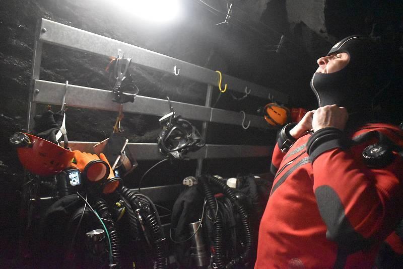 Potápěči mají v zaplaveném dole Hraničná k dispozici stometrovou hloubku a kilometry chodeb. Nic podobného široko daleko nenajdete.