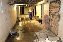 Stavební dělníci obsadili chodby a další prostory bruntálského Petrinu. Škola se za několik měsíců promění v multifunkční budovu.