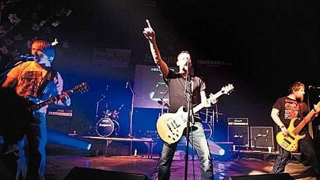 Na snímku koncertující opavští metalisté Helpness ve složení zleva Marcel Kachyňa, Pavel Herich a Dejv při oslavě patnáctého výročí založení kapely.