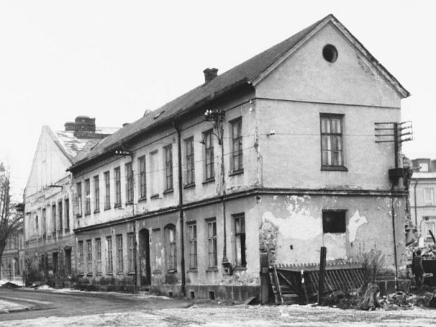 Původní výstavba ještě po německých obyvatelích. Takto domy na Partyzánské ulici vypadaly v roce 1972.