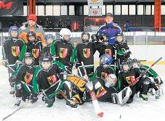 Mladí hokejisté Krnova a Horního Benešova vybojovali na prestižním turnaji Grand Prix Vyškov 2013 fantastické stříbro. Na snímku v hornobenešovských dresech.