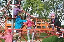 Nad zemí je název nového krnovského hřiště, které vzniklo rekonstrukcí zahrady školky na Žižkově ulici. Většina prvků je zaměřena na lezení, obratnost a zkoušení vlastní odvahy.