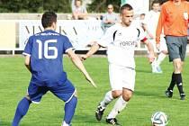 Hodně nevydařený výkon předvedli krnovští fotbalisté doma proti Brušperku. Ani snaha kapitána Ondřeje Bartoníčka (vpravo) tým nedokázala strhnout.