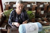 Ludmila Muchová žije v Bruntále a ráda se věnuje výrobě krajky. Stále ji ale tíží ve snech vzpomínky na dětství na Ukrajině, jen nerada si připomíná zvěrstva banderovců, Němců i Sovětů v období okolo druhé světové války.