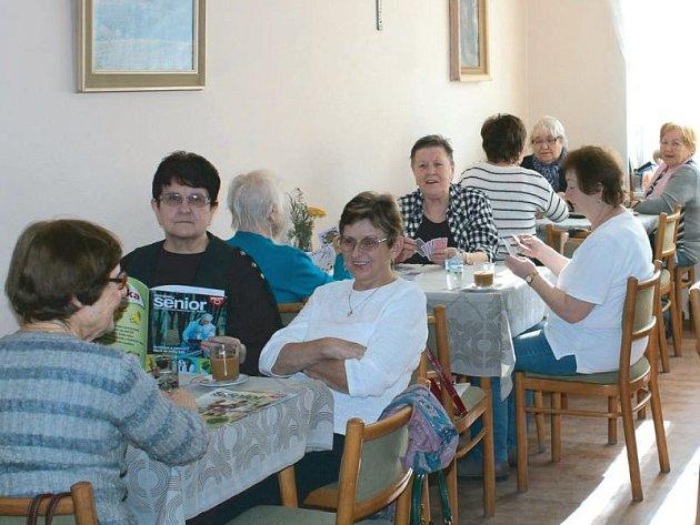 Dvakrát do týdne se ve svém klubu v jednom z bytových domů na Pionýrské ulici v Bruntále scházejí zdejší senioři za účelem zpříjemnit si volný čas komunikací s ostatními a společnými aktivitami.