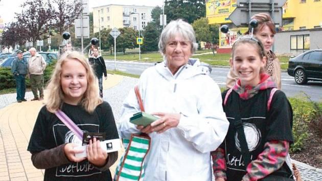 Žáci z Petrinu v Bruntále se připojili ke sbírce pro Světlušku. A bylo pro ně milé setkat se na ulici s lidmi, kteří jsou ochotni přispět na pomoc potřebným.