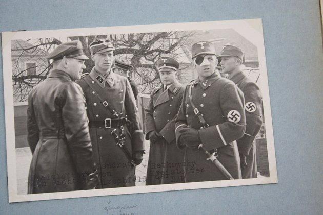 """Fotografie pořízená vMoravském Berouně před osmdesáti lety. Muž označený jako """"landrat von Hirschfeld"""" vříjnu 1939vopilosti nařídil postřílet 56vězňů vpolské Inowrocławi."""