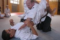 Sensei Jiří Ehlich při výuce bojové techniky ve stylu brazilského jiu–jitsu.