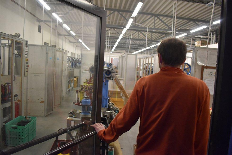 VEMAT-CZ v Branticích vyrábí široký sortiment šňůr a gumiček. V době pandemie zde linka chrlila pruženky do respirátorů. Doplňkovým sortimentem jsou pomůcky pro včelaře.