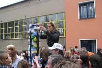 V rámci projektu Comeniusstavěli žáci pedagogické školy symbolické pilíře mostu sjednocujícího sedm zemí Evropy.
